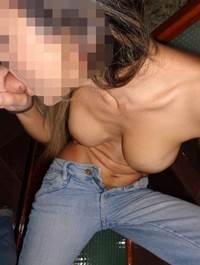 Esposinha de xota peluda ficou se exibindo peladinha pro marido bater fotos