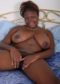 Foto de gordinha pelada exibindo sua buceta preta