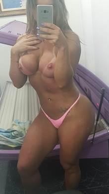 Sabrina loira sarada de bunda e peitos gigantes tirou fotos sexy mostrando tudo