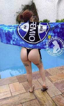 Torcedora safada do Grêmio tirando fotos dos peitos e buceta com sensualidade