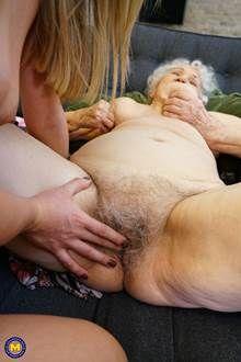 Neta chupando buceta da vovó de 90 anos