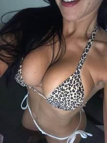 Brasileira safada siliconada em fotos caseiras peladona
