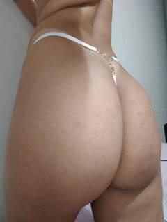 Gostosa de calcinha transparente abrindo a buceta