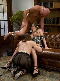 Casal transando com travesti
