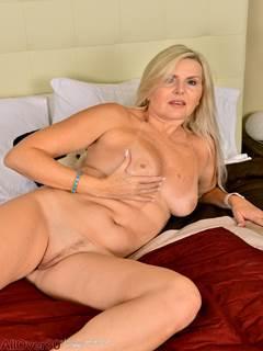 Senhora madura pelada em sua cama