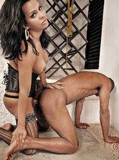 Travesti Alessandra Ribeiro comendo homem