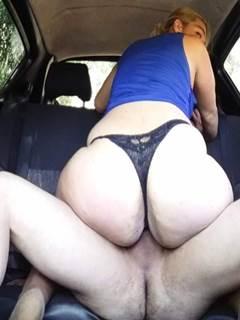 Ubersexo comendo passageira no carro do Uber