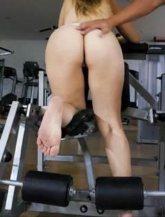 Esposa malhando pelada na academia
