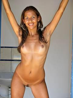 Linda negra magrinha e sua bucetinha bronzeada