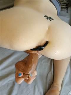 Magrinha amadora enterrando brinquedos na vagina