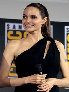 Angelina Jolie nua pelada transando