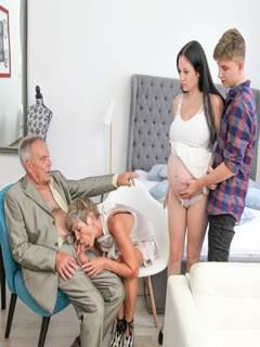 Neto ajudando vovó no sexo com vovô