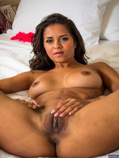 Abby Lee Brasil ostenta piercing na buceta