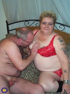 Velha gorda tatuada fodendo com marido broxa