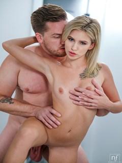 Kiara Cole pornstar dando sua buceta rosada