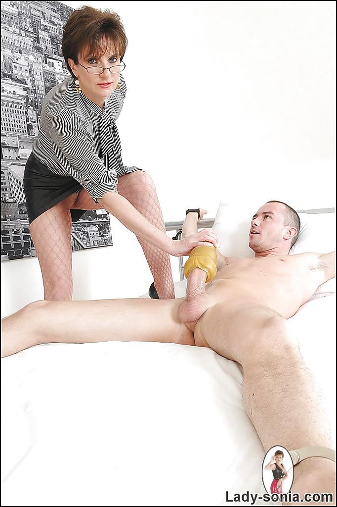 Madrasta masturbando o enteado