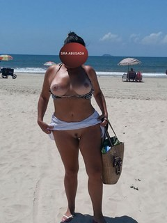 Mulher madura pelada na praia